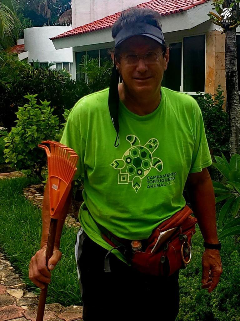 An Akumal Voluntourist ready to go to work to protect our turtles.