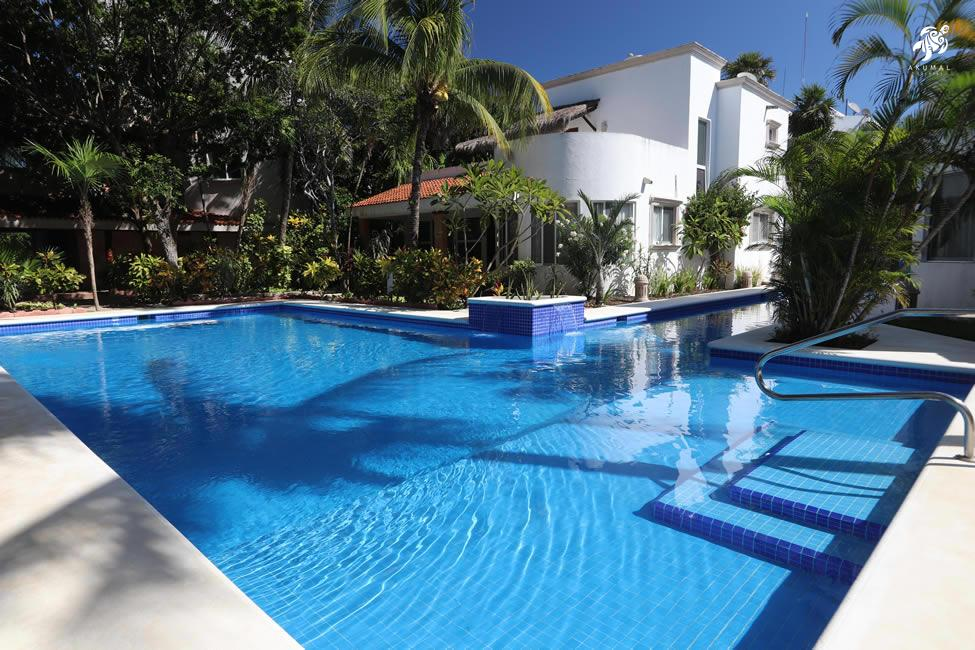 Villa Lijeson, La Sirena 15: Just outside the villa is the sunledge of our fabulous pool.