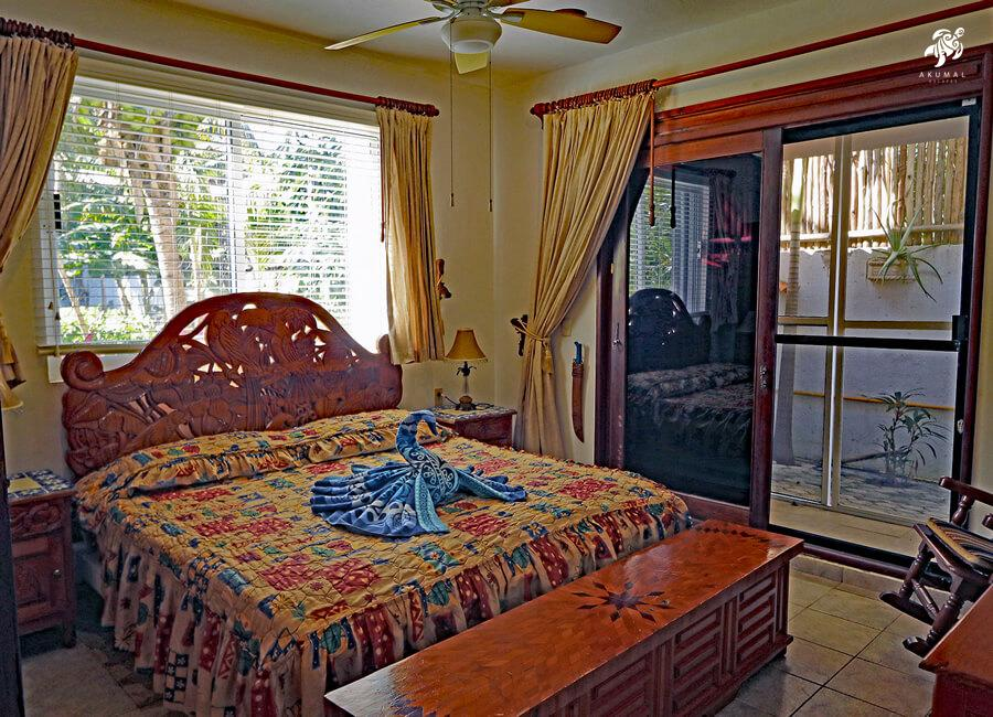Villa Lijeson, La Sirena 15: The downstairs king bedroom has a king bed and is decorated in a traditional theme
